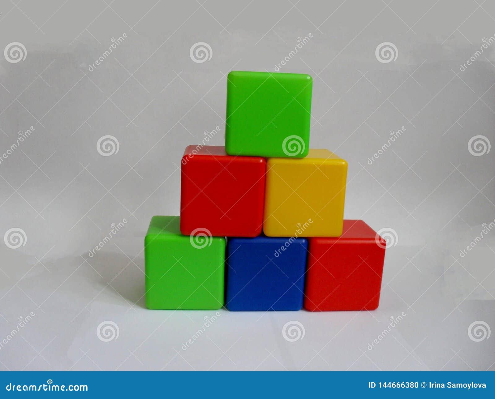 Кубы ярких покрашенных детей