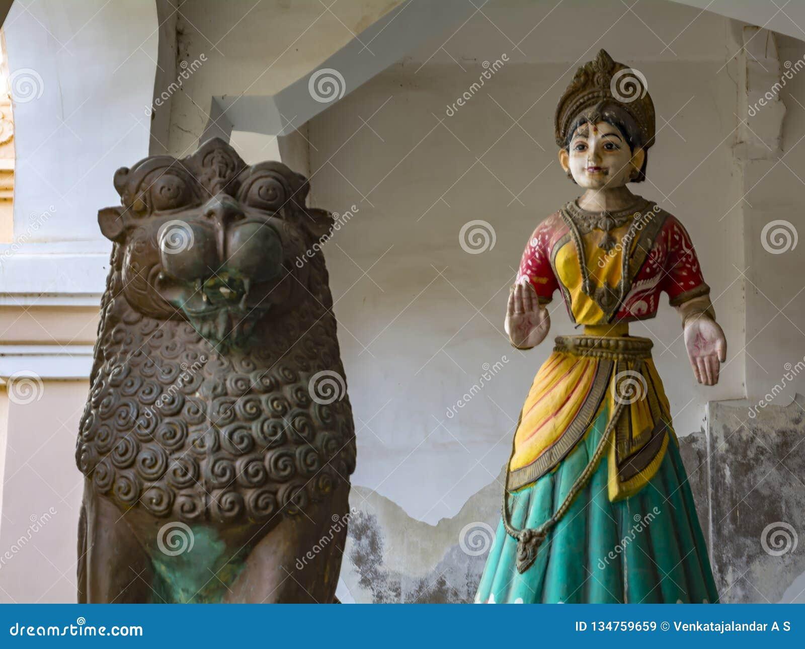 Кукла танцев Thanjavur и бронзовый лев
