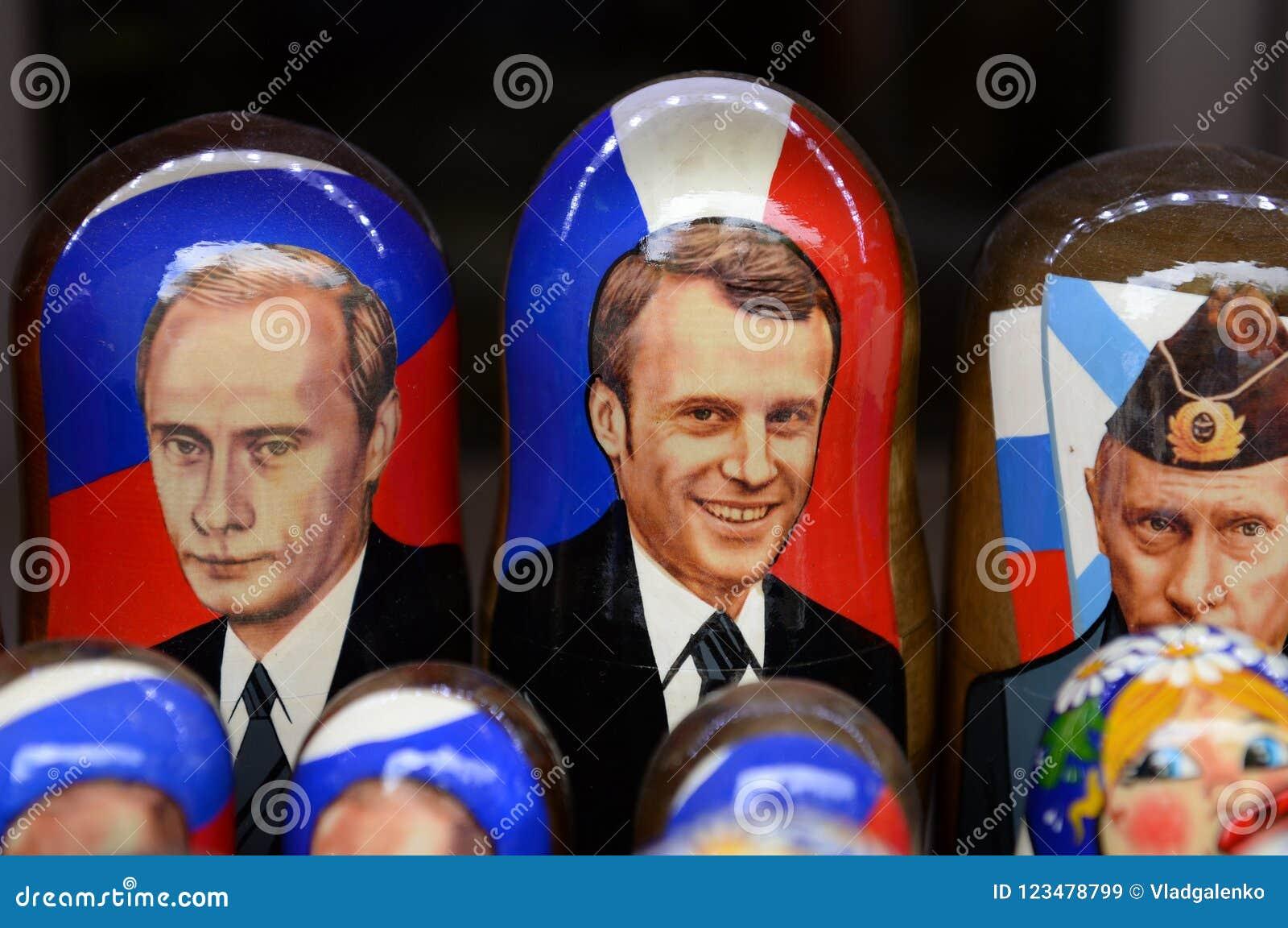 Куклы сувениров-matryoshka показывая русского президента Владимира Путина и французского президента Emmanuel Macron