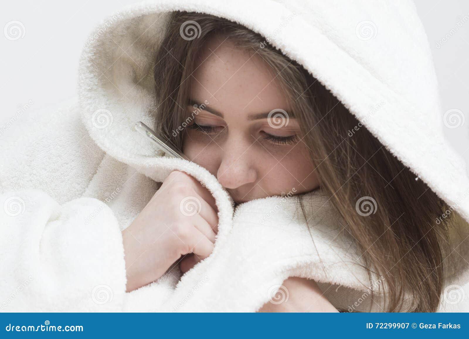 Download Купальный халат больной девушки подростка нося с лихорадкой Стоковое Изображение - изображение насчитывающей больно, микстуры: 72299907