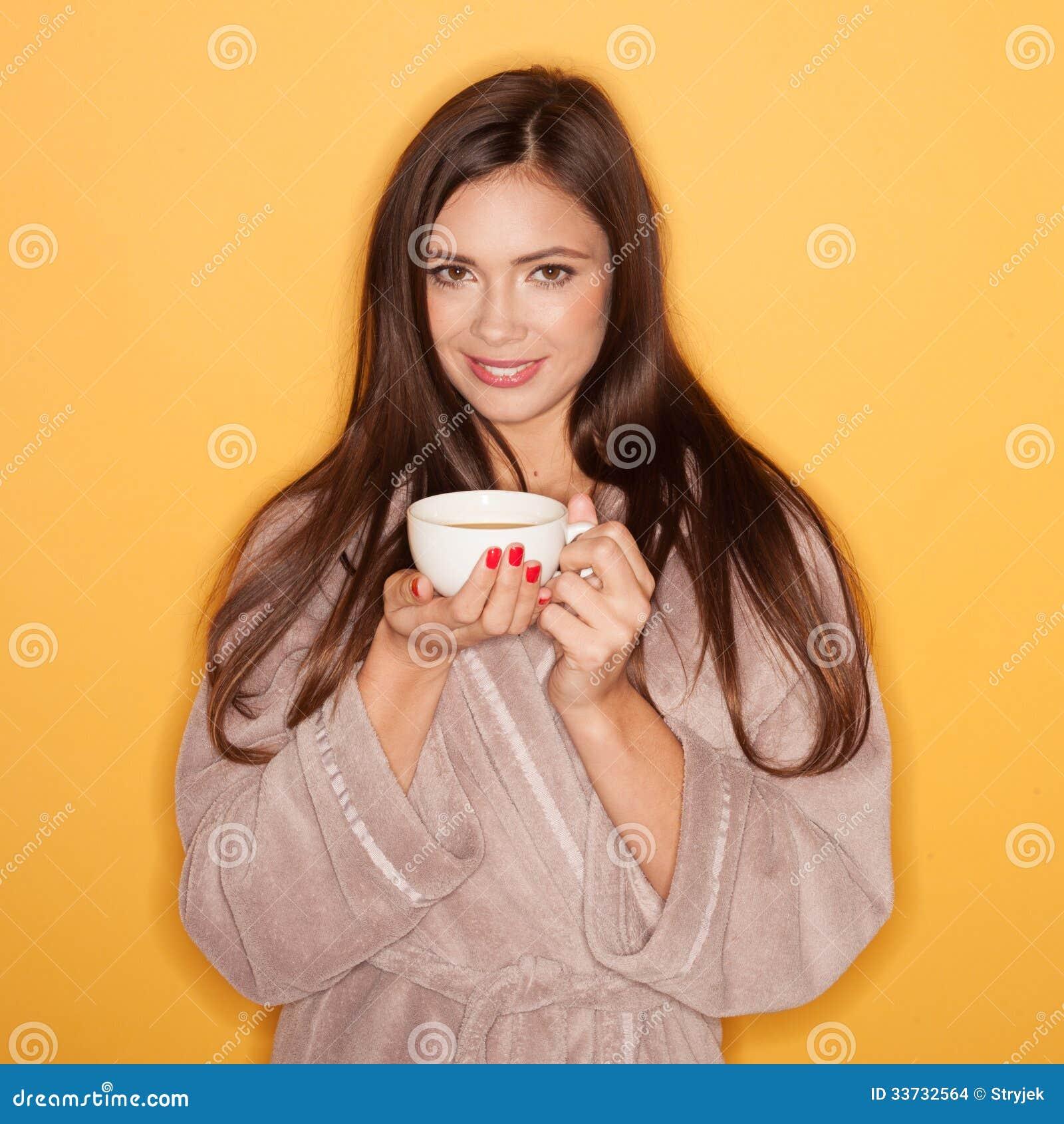 Купальный халат обольстительной женщины нося