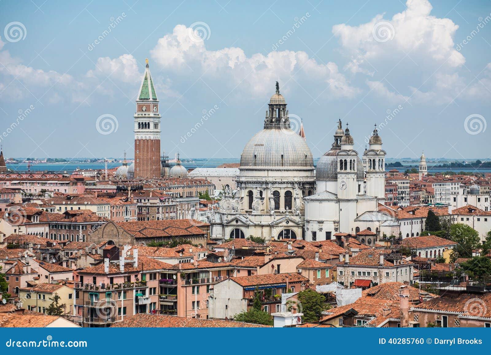 Куполы церков и башня меток Святого