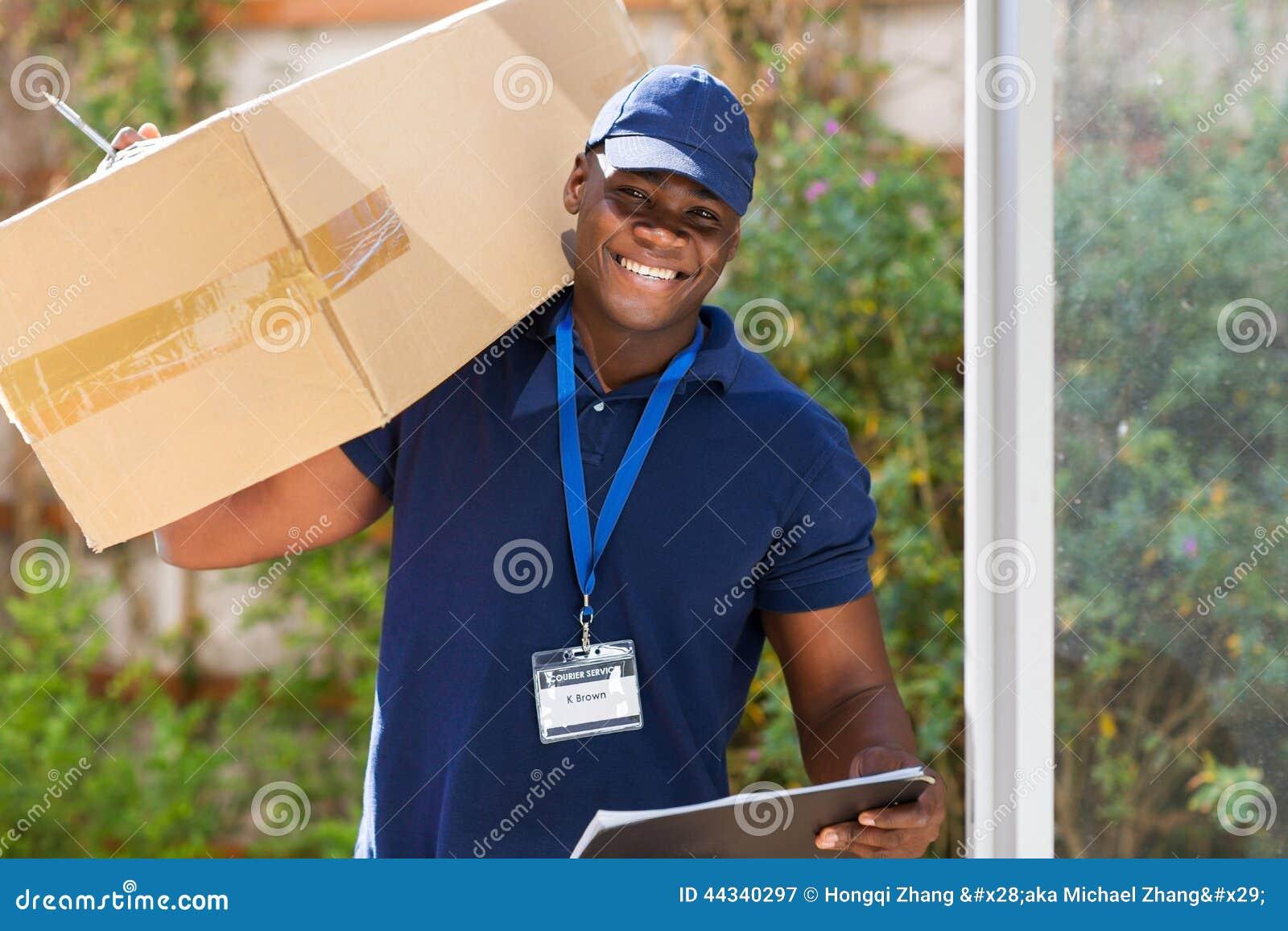 Курьер с пакетом