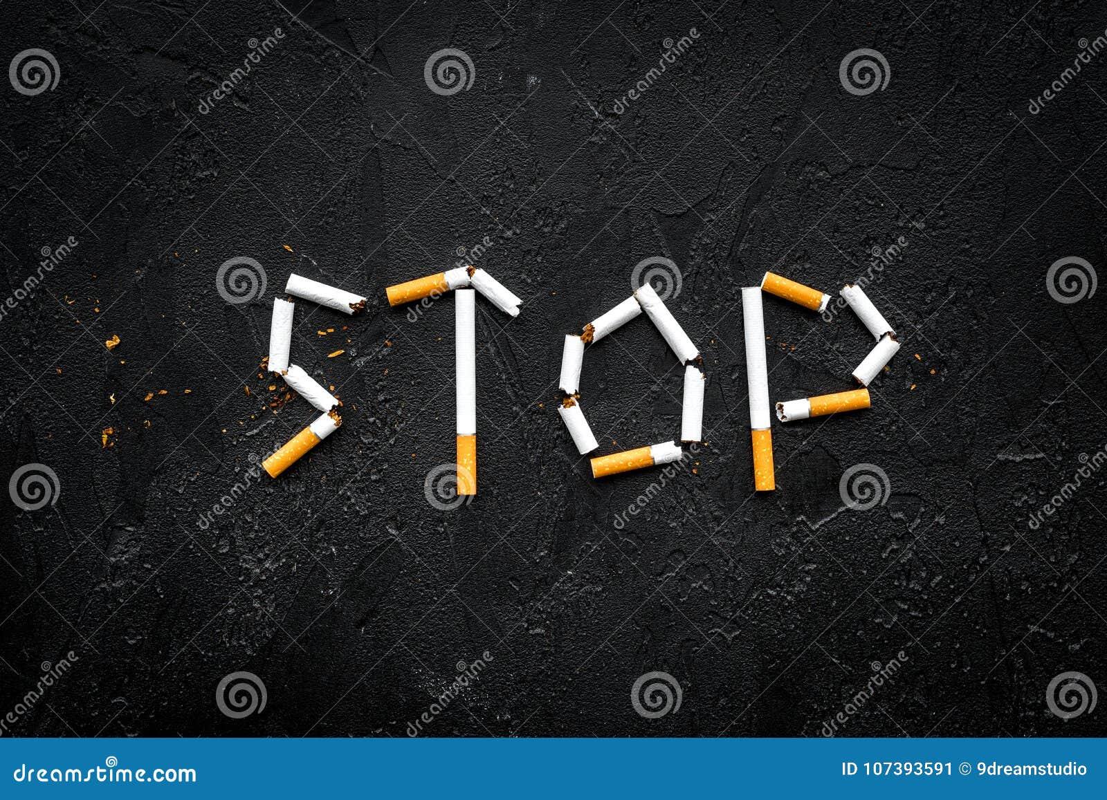 куря стоп Сформулируйте сигареты выровнянные стопом на черном космосе экземпляра взгляд сверху предпосылки