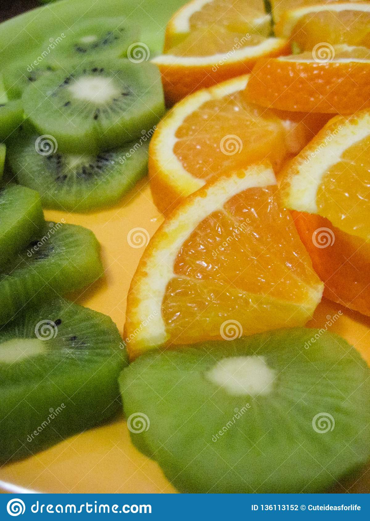 Куски кивиа и апельсина на плите