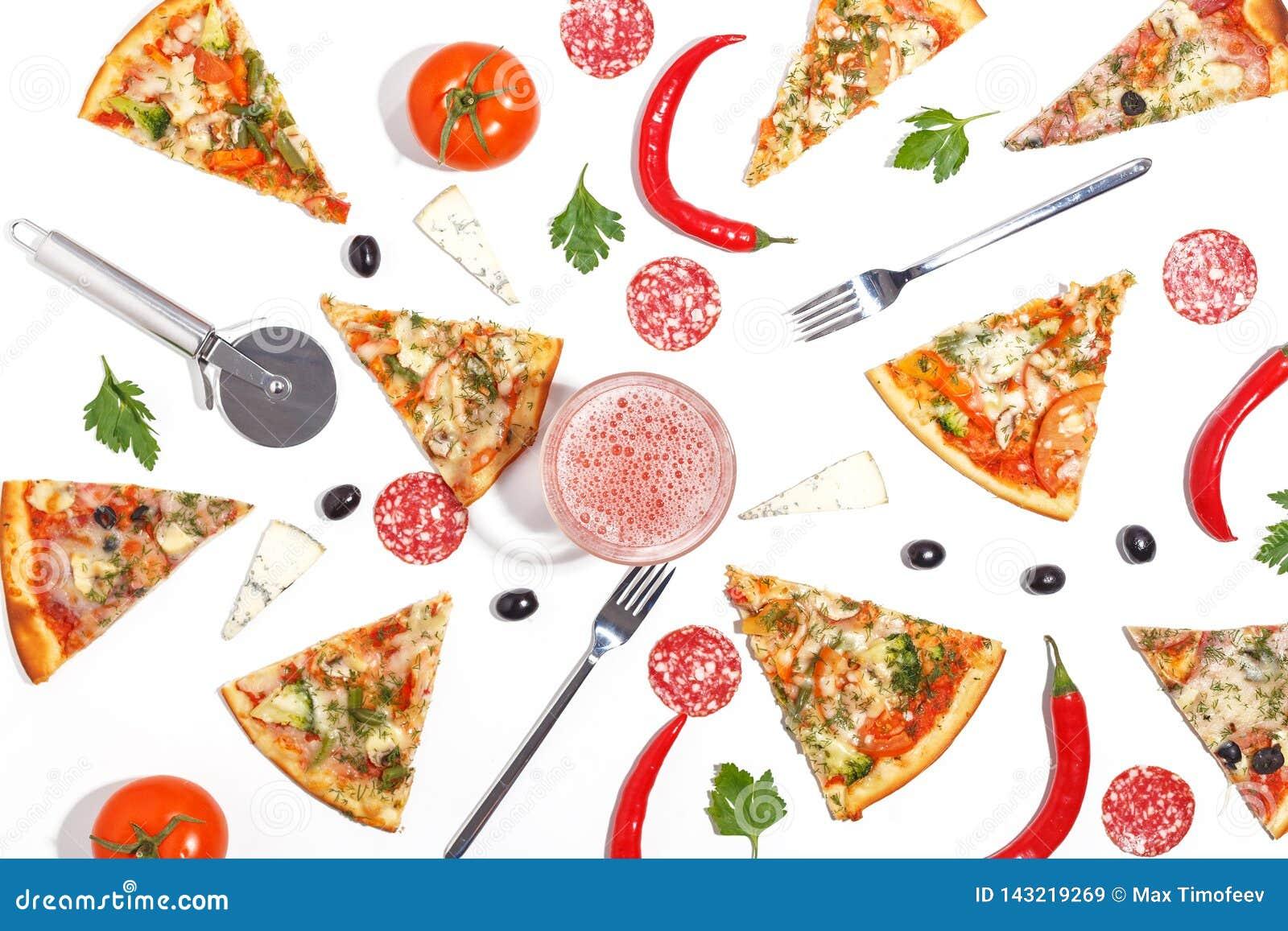 Куски пиццы, ингредиентов и столового прибора на белой предпосылке Взгляд сверху