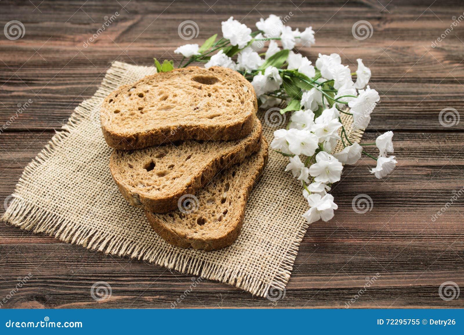 Download Куски хлеба рож на деревянной предпосылке Стоковое Изображение - изображение насчитывающей рож, backhoe: 72295755