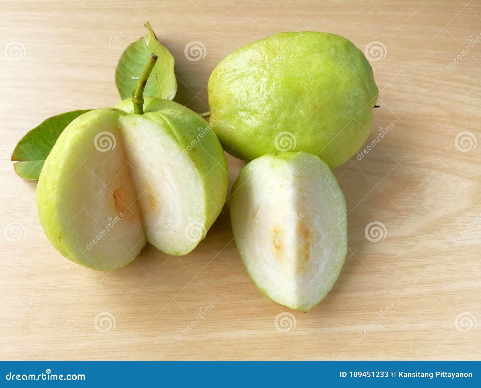 Куски Guava, очень вкусные свежие фрукты, деревянная предпосылка, высокий Витамин C