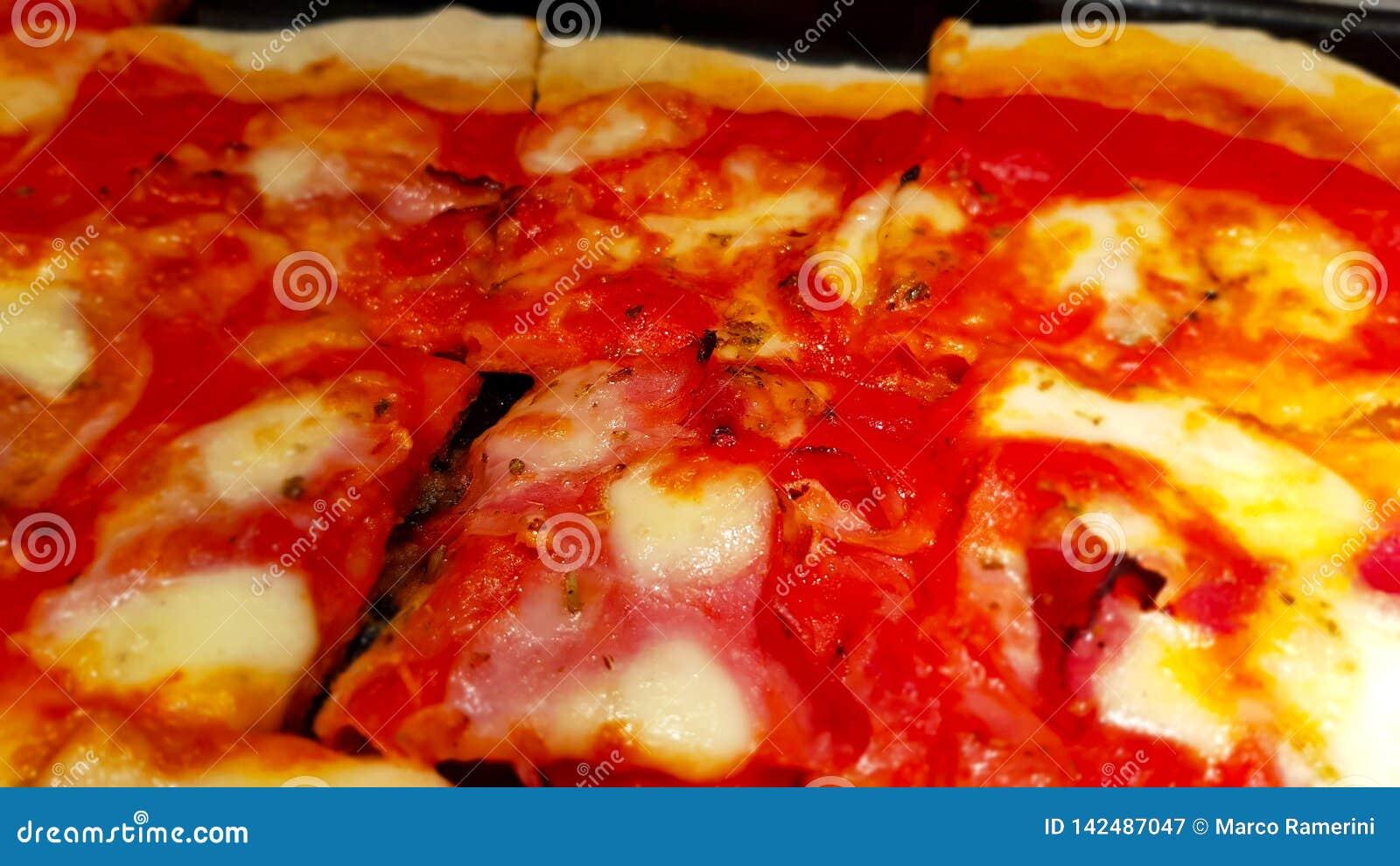 Кусок домодельной пиццы, типичный итальянской кухни