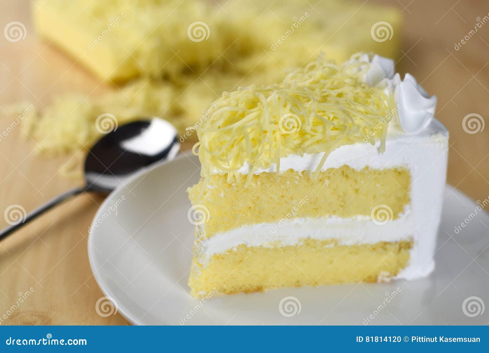 Кусок пирога с сливк хлыста и отбензиниванием заскрежетанного сыра