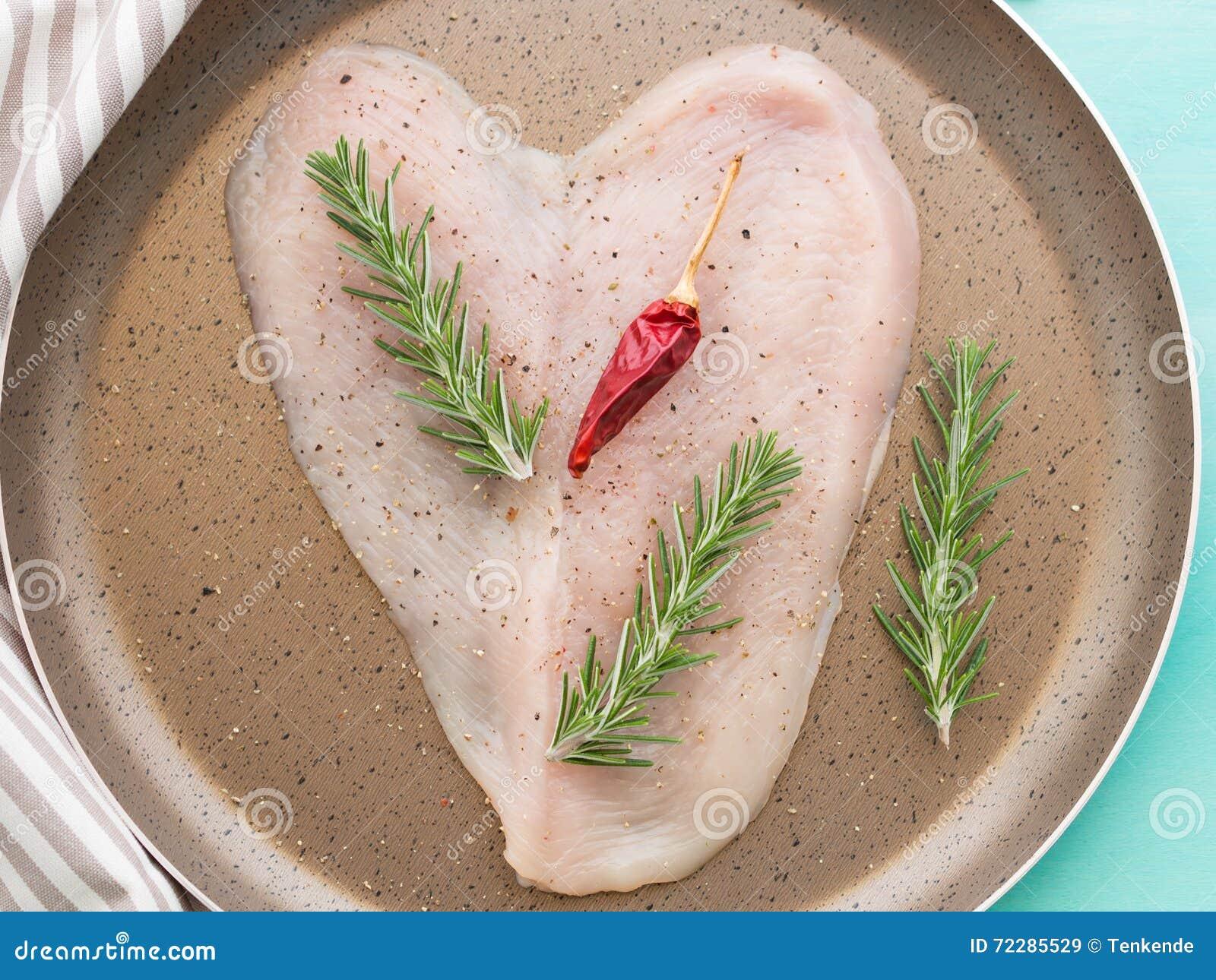 Download Кусок сформированный сердцем куриной грудки Стоковое Изображение - изображение насчитывающей кашевар, green: 72285529