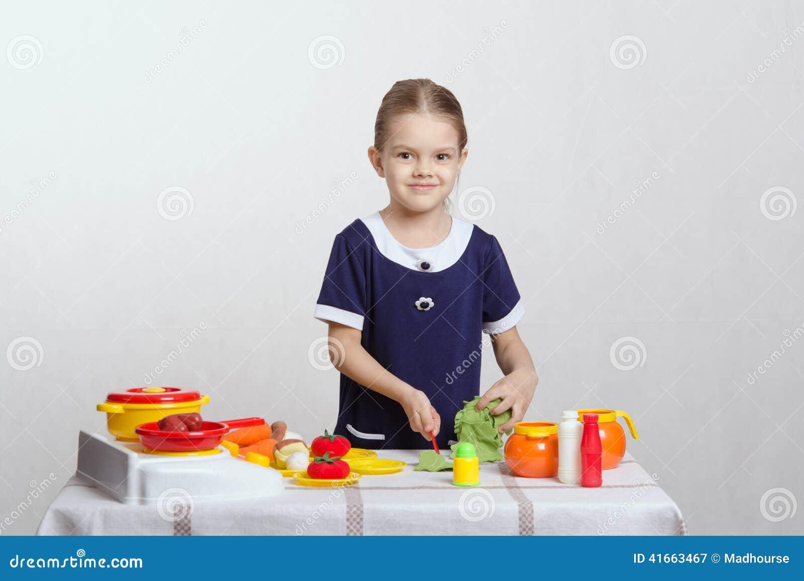 кухня девушки еды немногая подготовляя