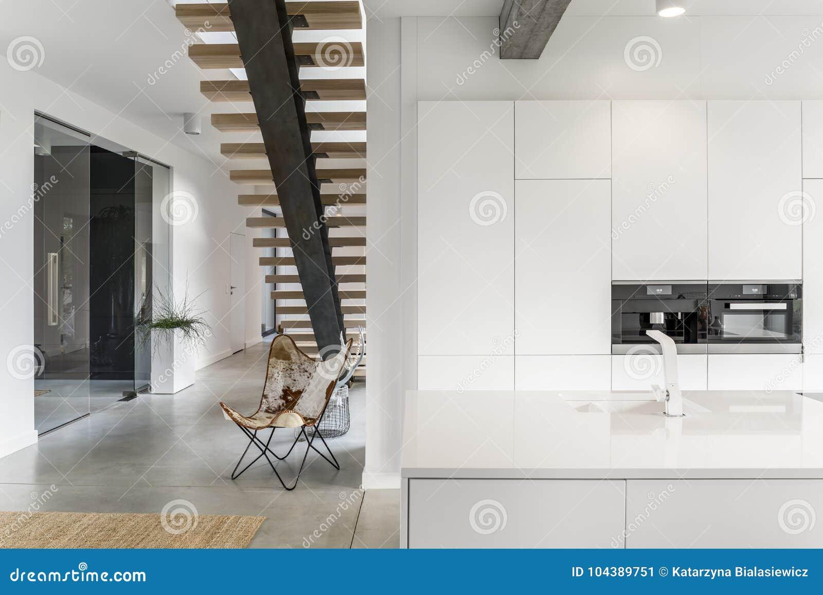 Кухня с белым краном