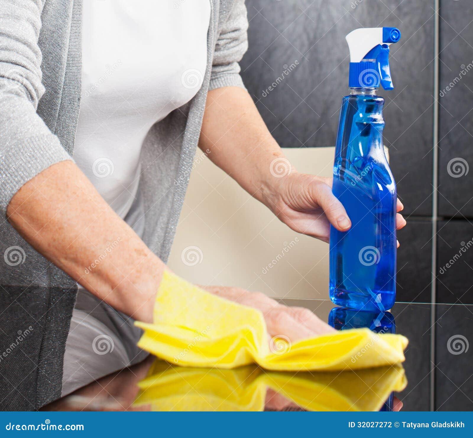 Кухня чистки женщины