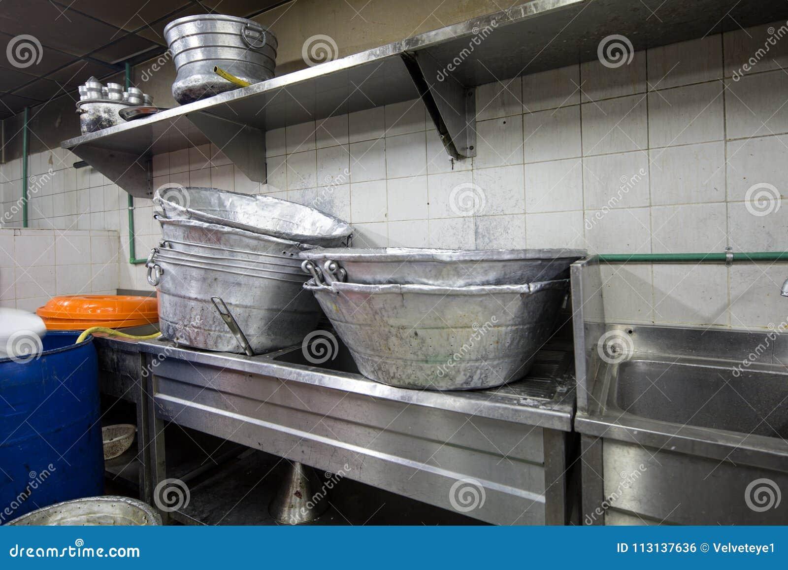 Кухня e реального Grungy пакостного ресторана промышленная & коммерчески
