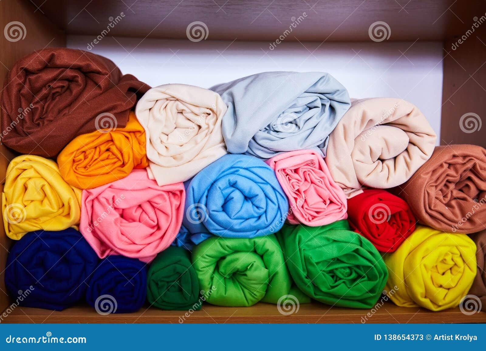 Куча живое красочного свернутого вверх по ткани ватки