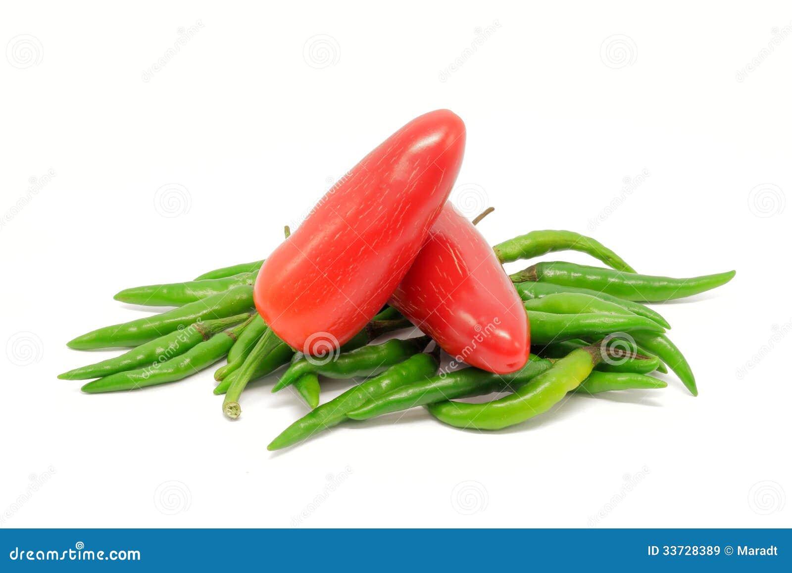 Куча зеленых и красных перцев