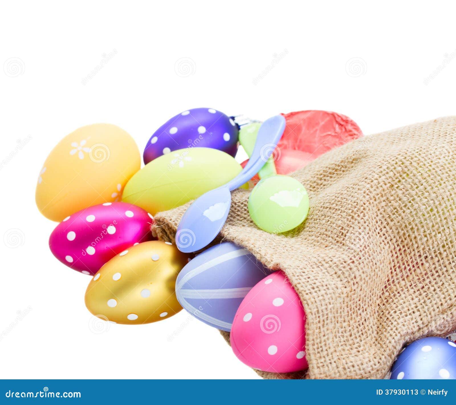 Куча красочных пасхальных яя в мешке
