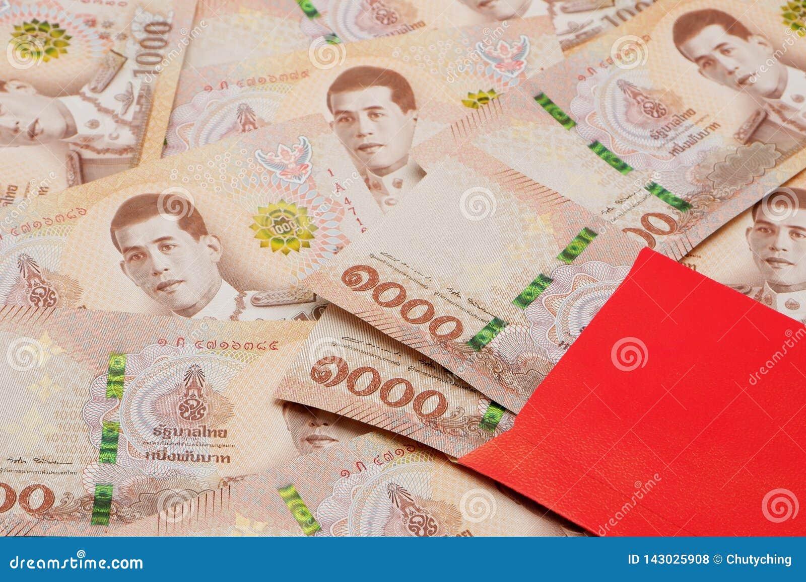 Куча новых 1000 банкнот тайского бата с красным конвертом
