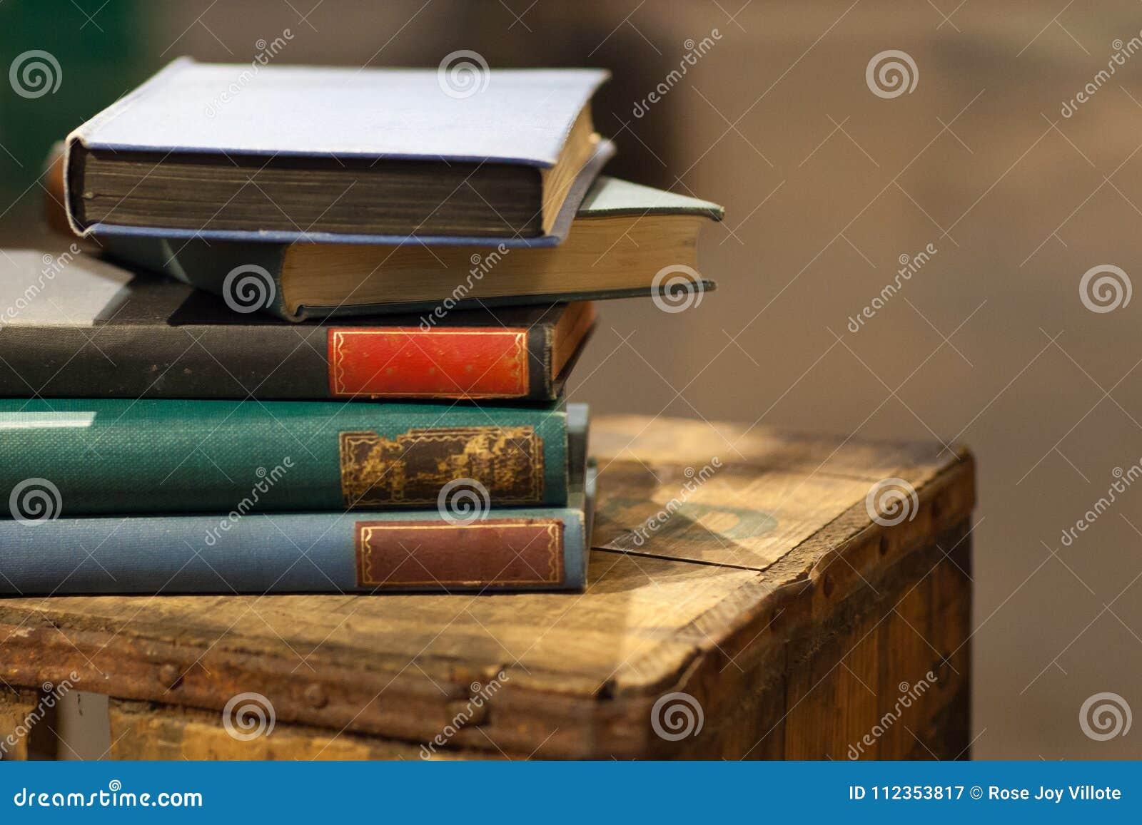 Куча старой книги на деревянной клети