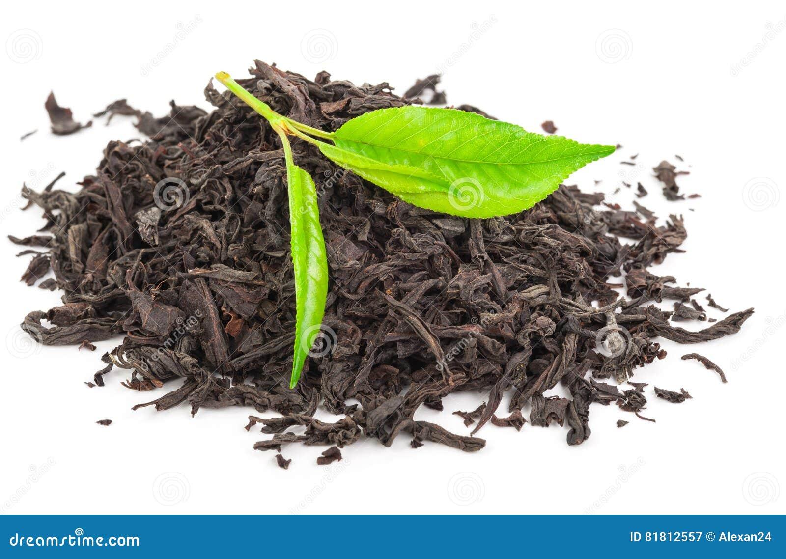 Куча сухого черного чая с листьями зеленого чая