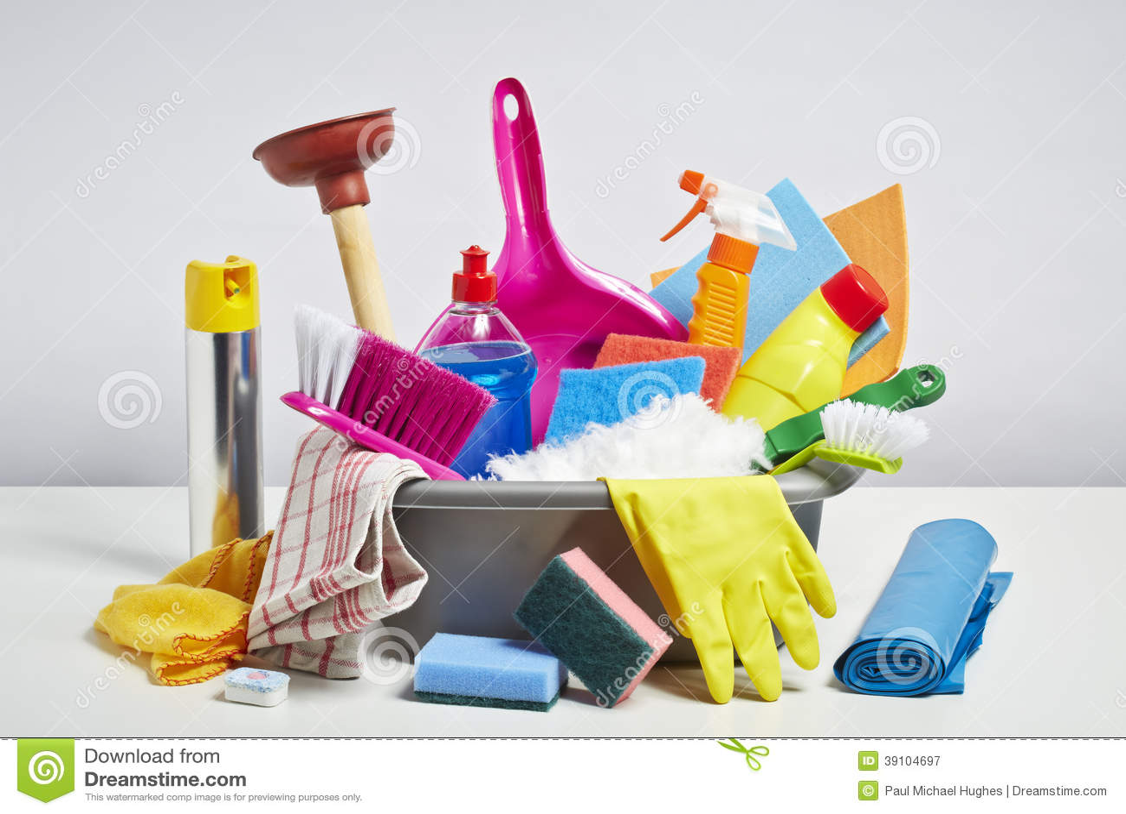 Куча чистящих средств дома на белой предпосылке