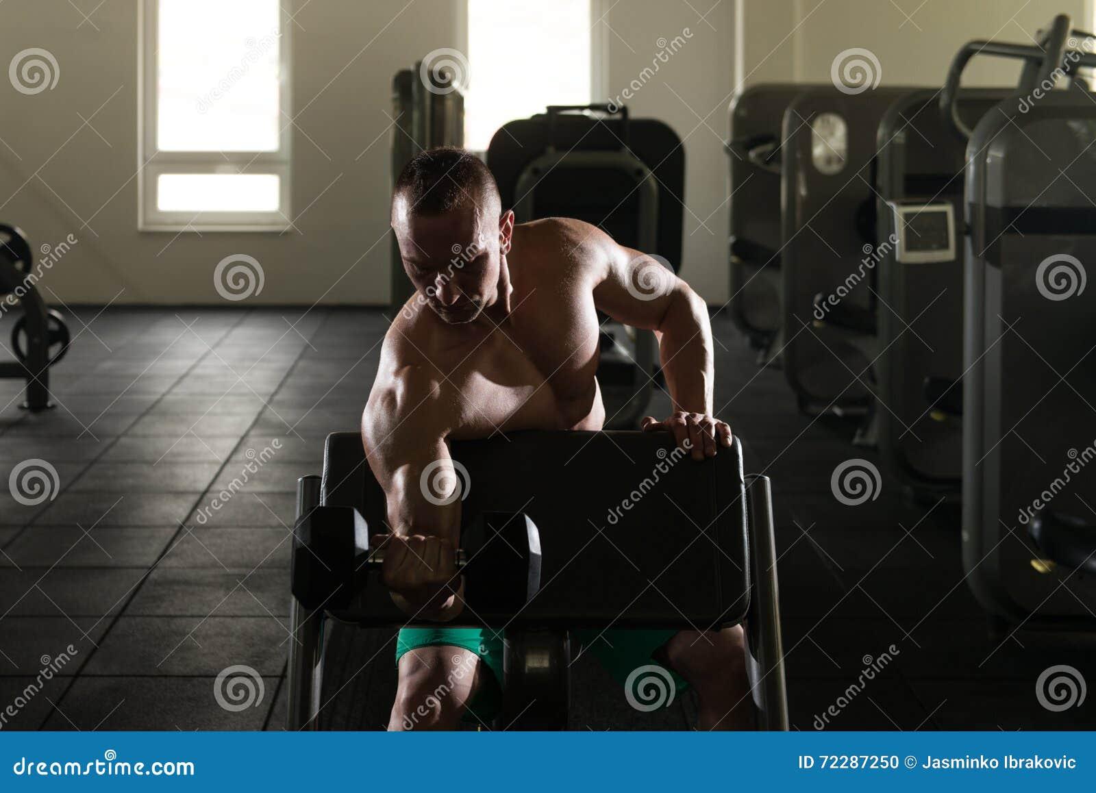 Download Культурист силуэта работая бицепс с гантелями в спортзале Стоковое Фото - изображение насчитывающей строения, пригонка: 72287250