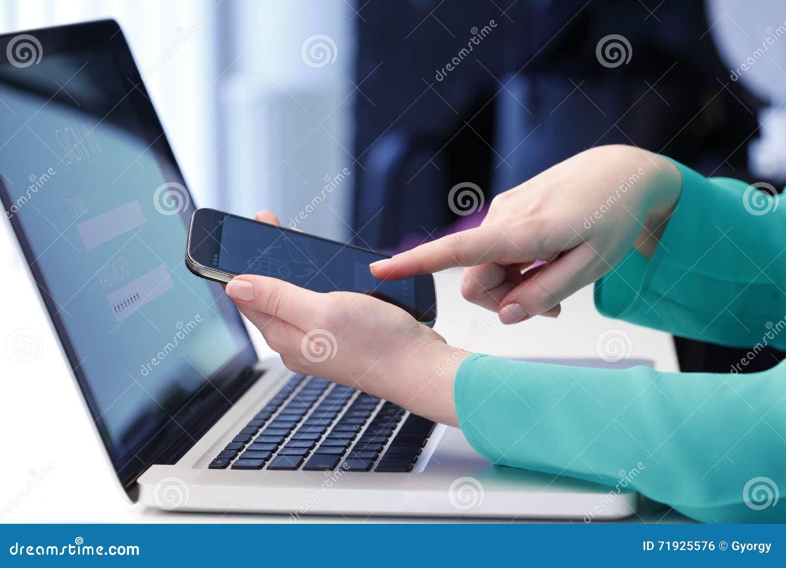 клавиатура и мышь обрамляют выскальзывание депозита и 20 долларовых банкнот