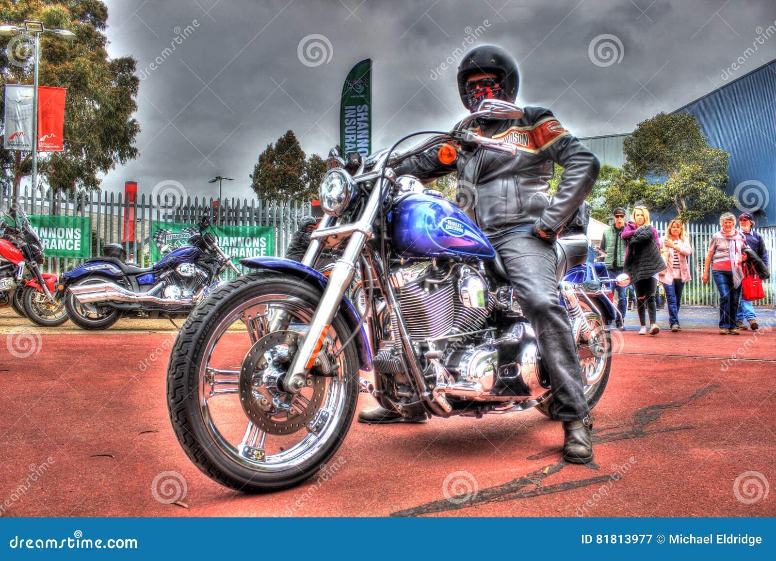 Классический американец Harley Davidson с всадником