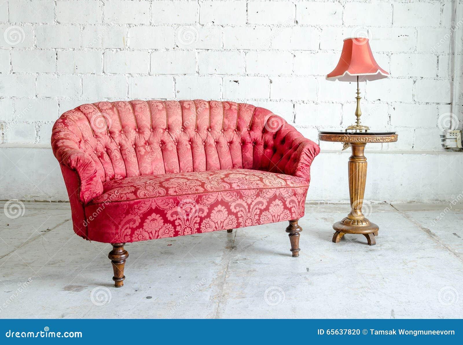 Классическое кресло софы стиля в винтажной комнате