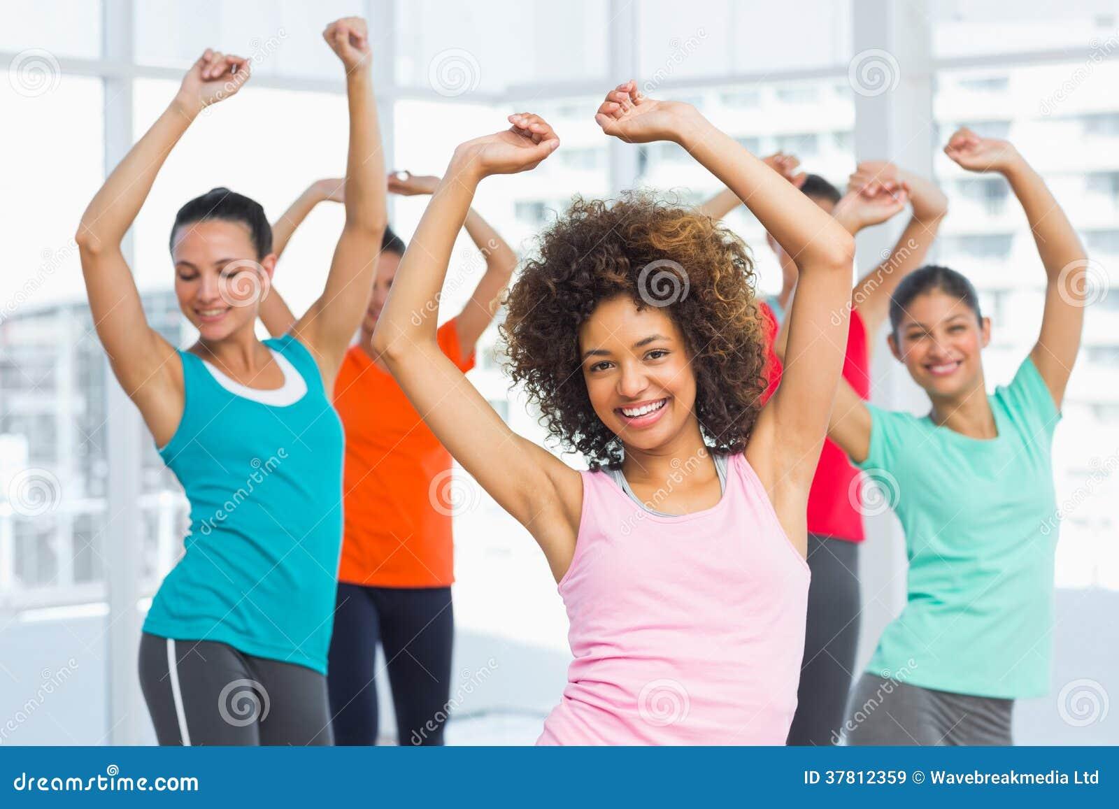 Класс и инструктор фитнеса делая тренировку pilates