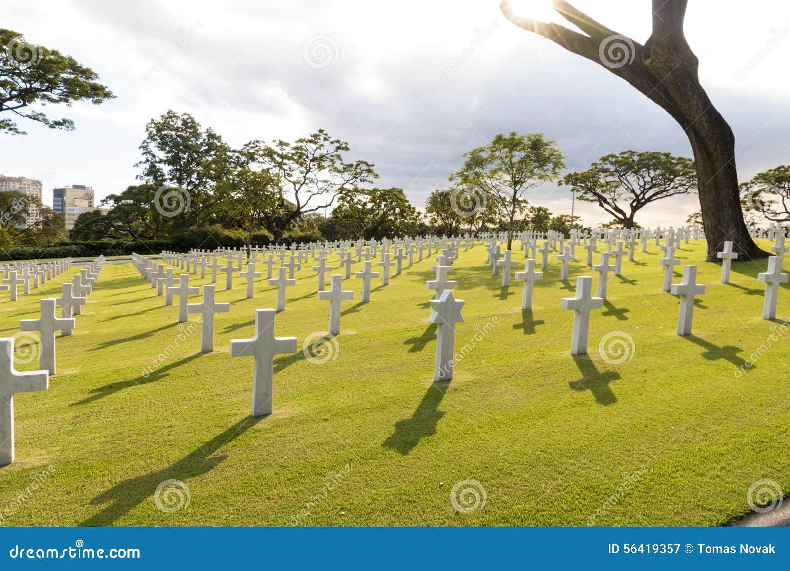 Кладбище войны воинское с еврейской звездой в заднем освещении