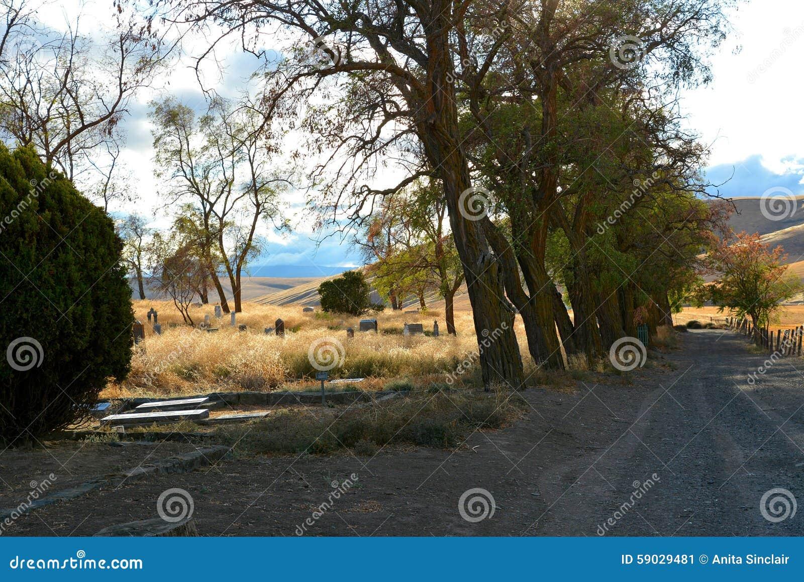 Кладбище малой страны устроенное удобно среди деревьев