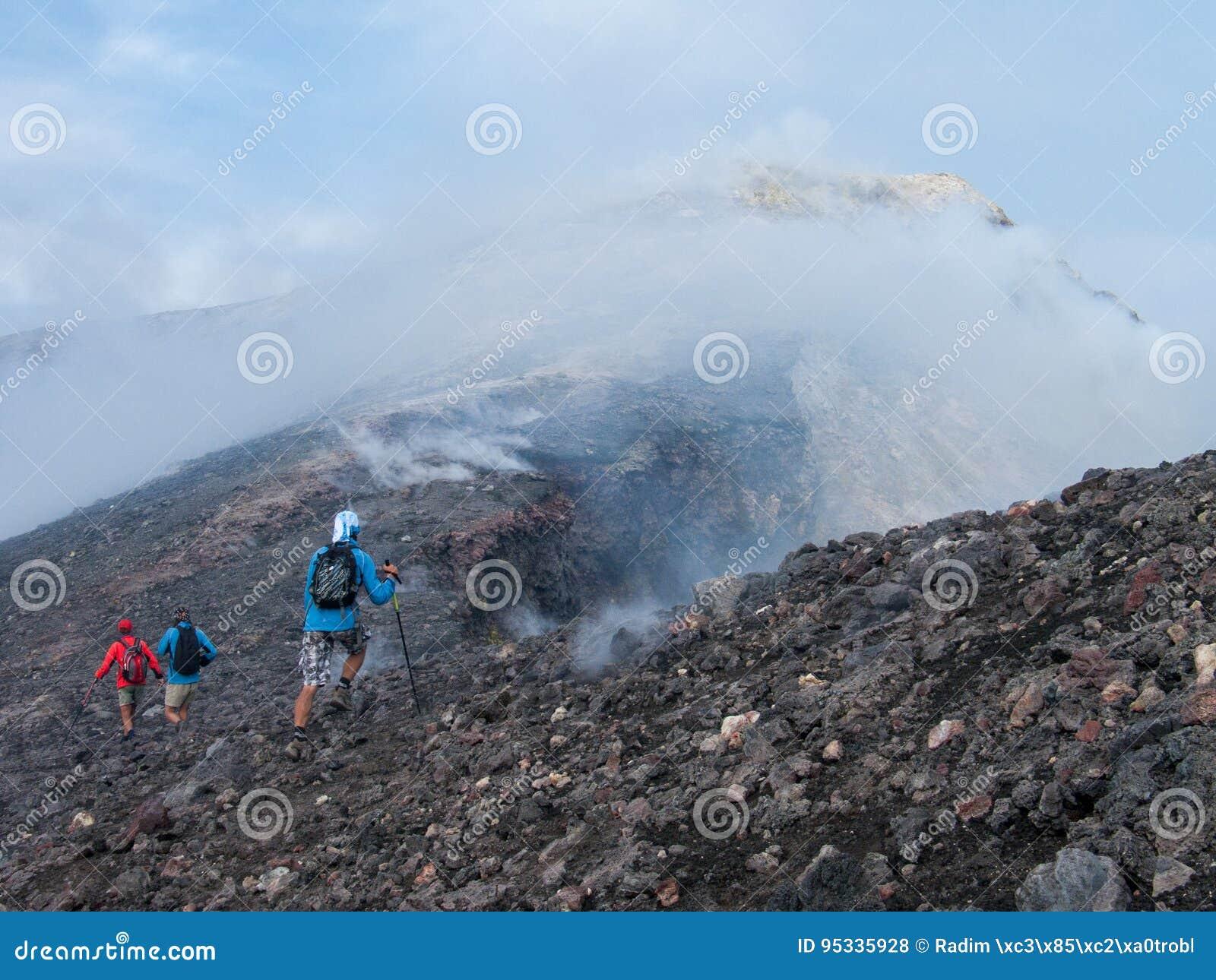 К верхней части вулкана Этна