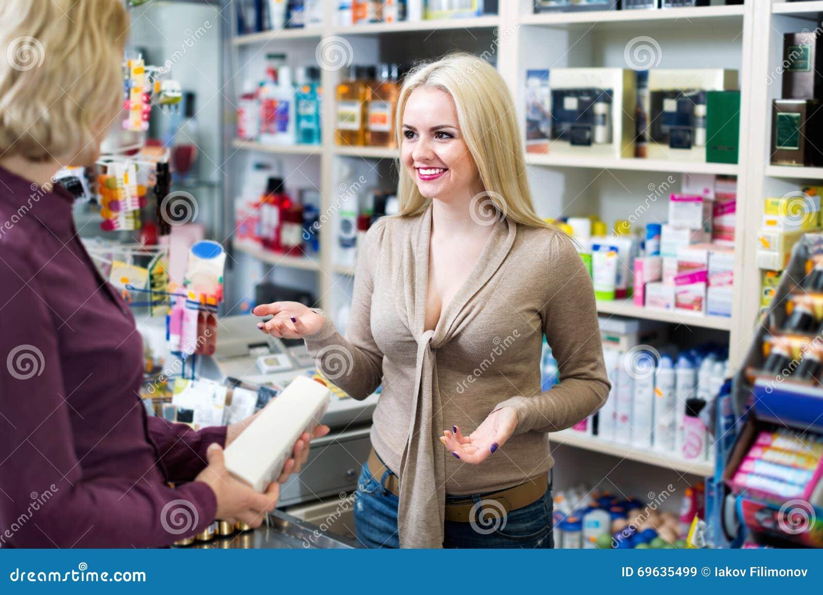 Клиент на магазине оплачивая на кассовом аппарате