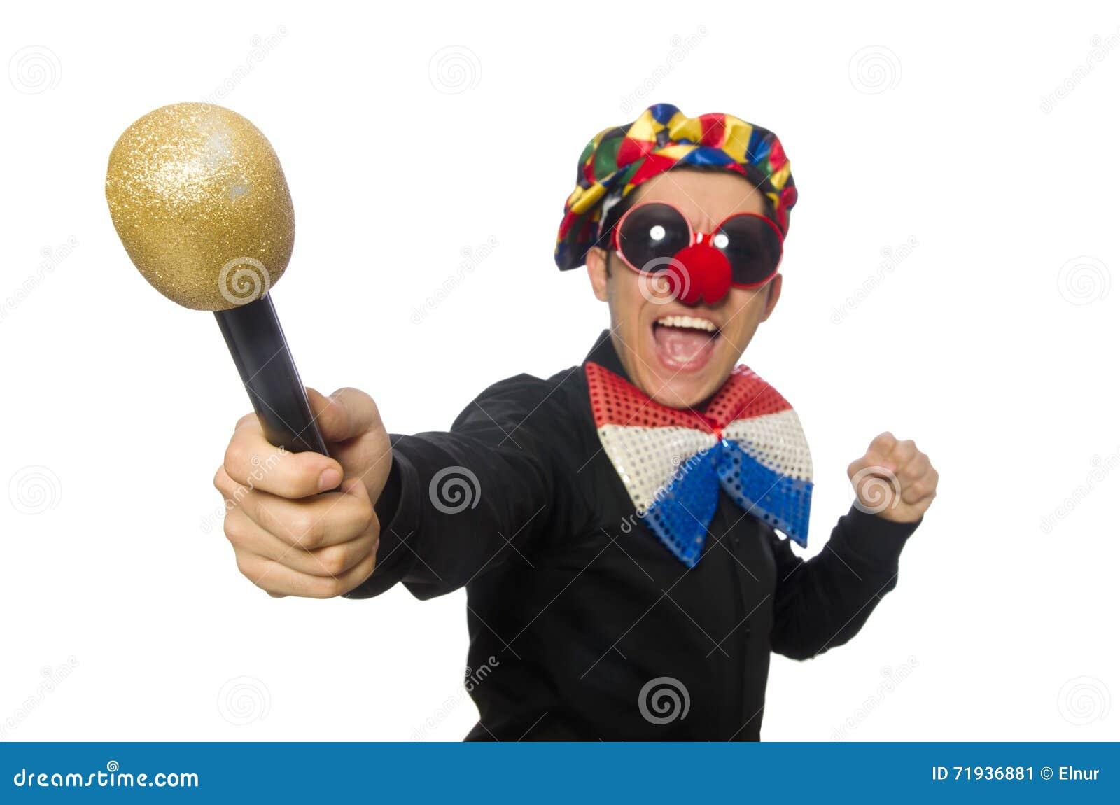 Клоун при микрофон изолированный на белизне