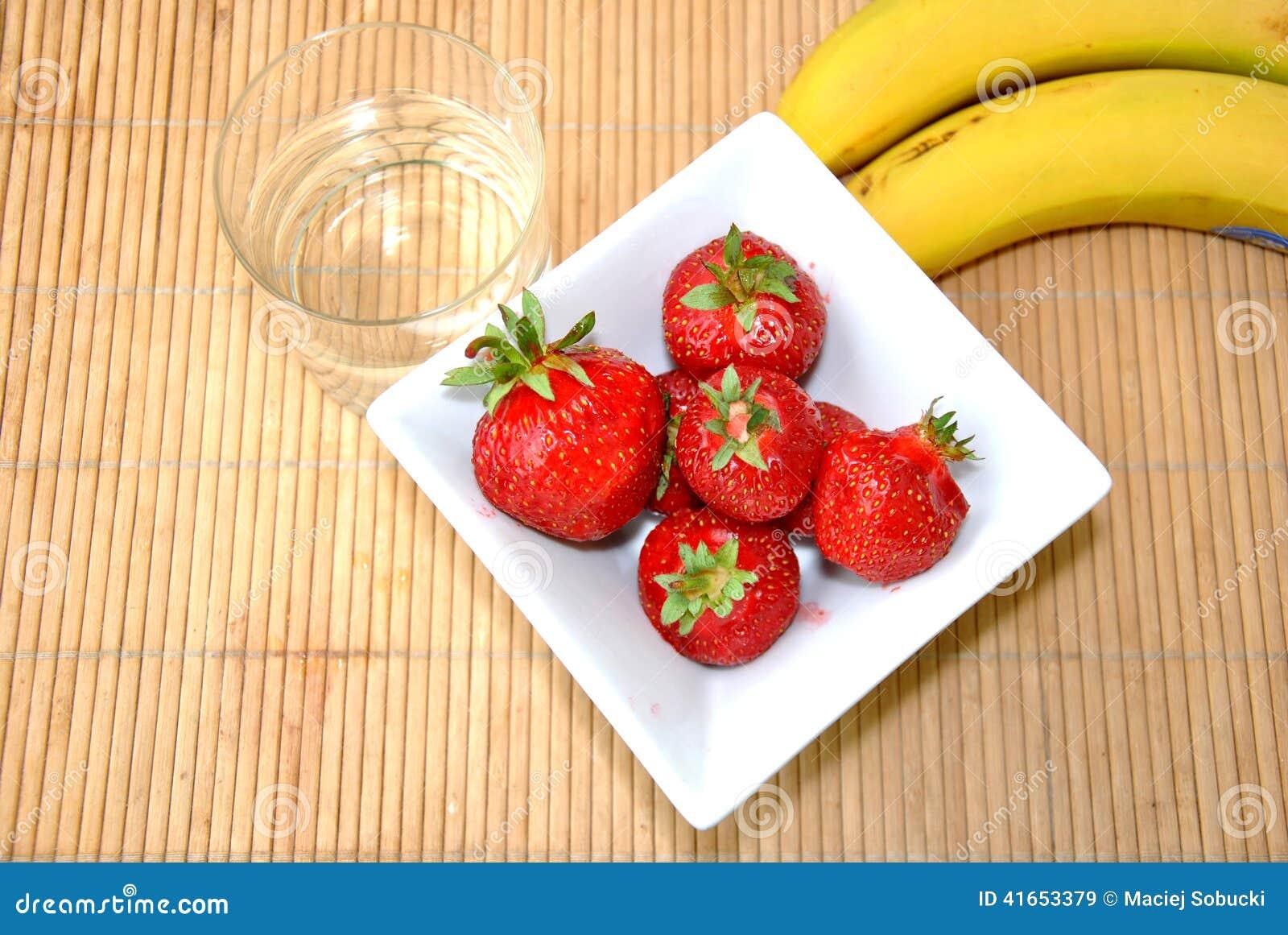 Клубники & десерт бананов