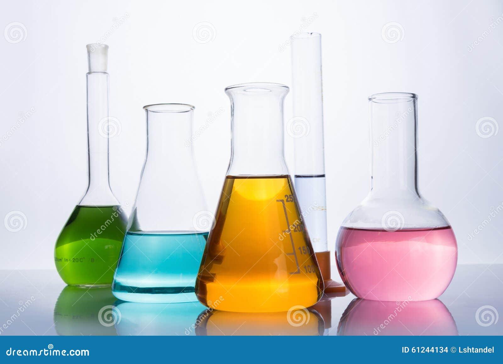 Лабораторное оборудование, склянки и пробирка химии Стоковое Фото -  изображение насчитывающей оборудование, пробирка: 61244134