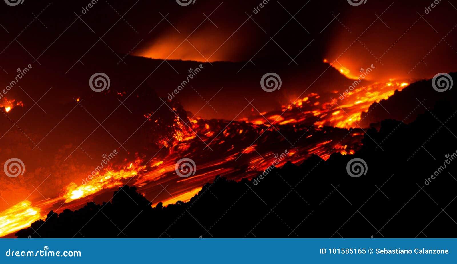 Лавовый поток в движении на вулкане Этна от активного центрального кратера