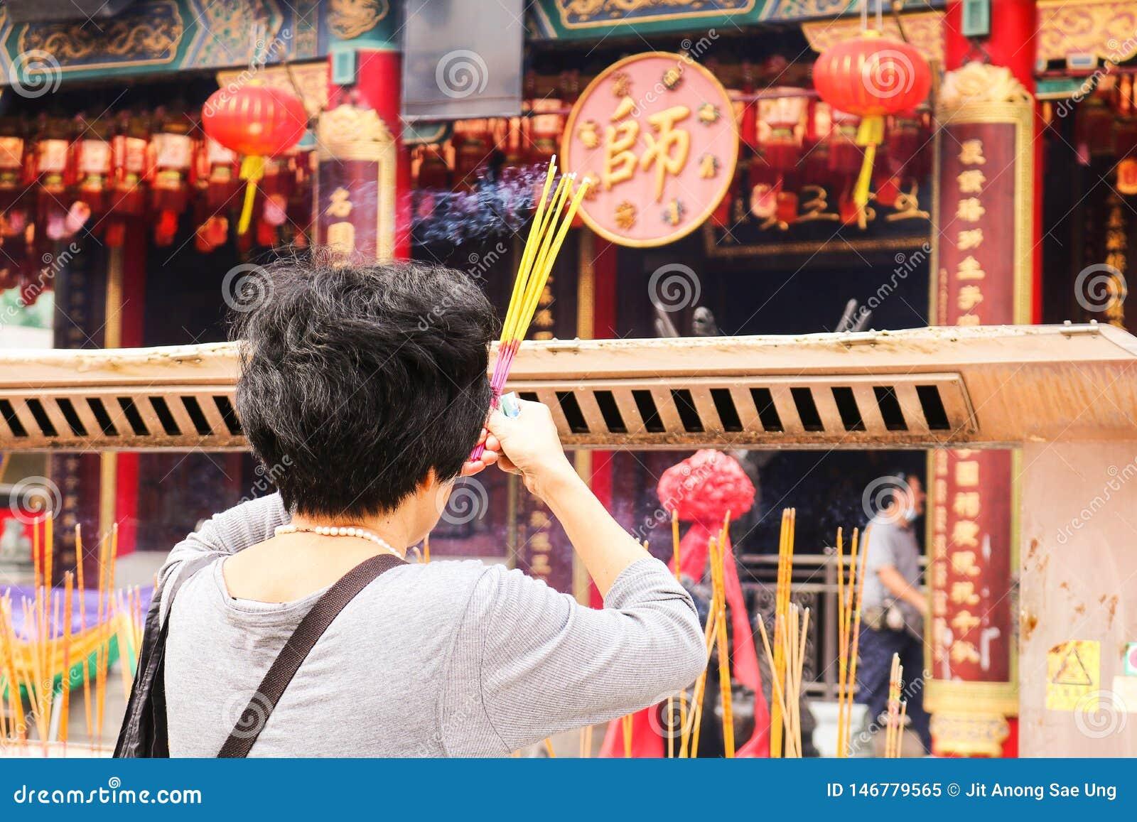Ладан женщин горящий для молит в китайском виске