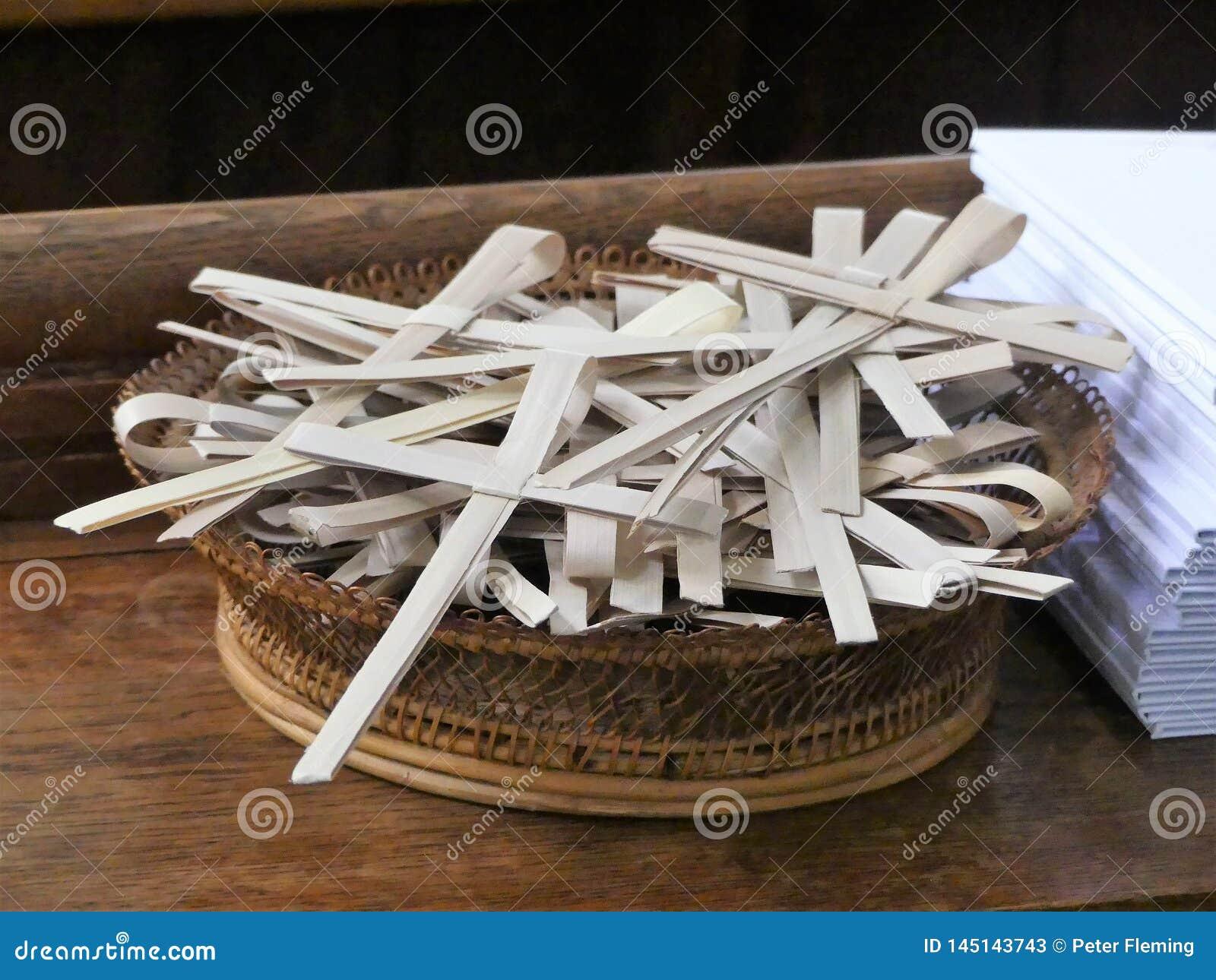 Ладонь пересекает в плетеную корзину для случая ладони воскресенья