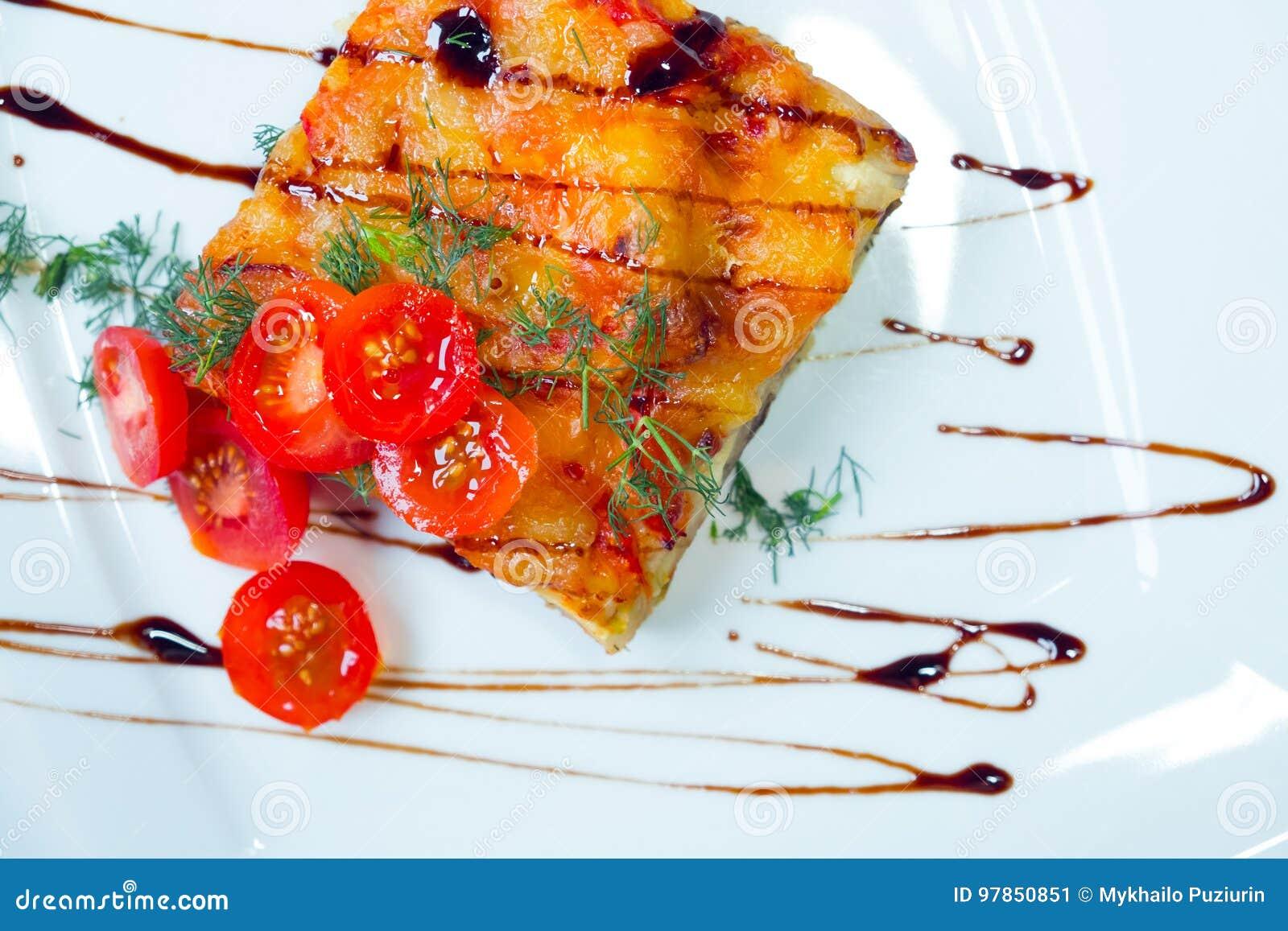 Лазанья с томатами на белой плите