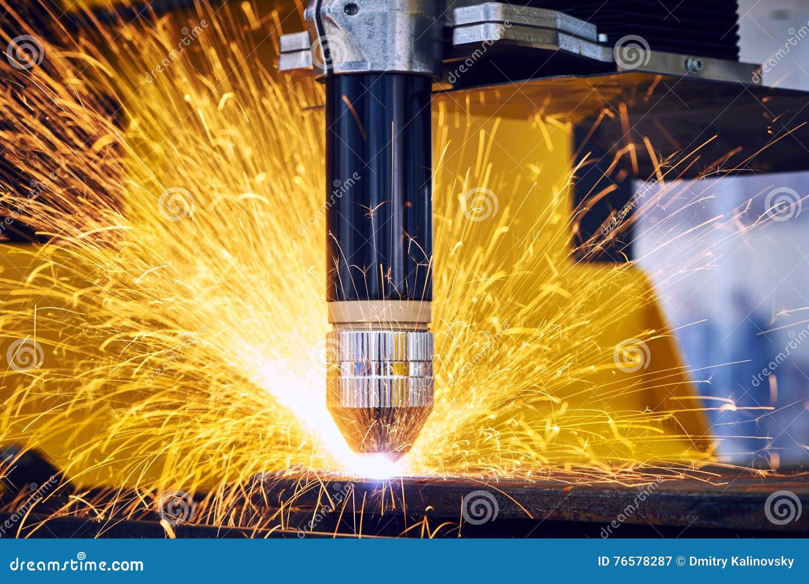 Лазер или механическая обработка вырезывания плазмы с искрами