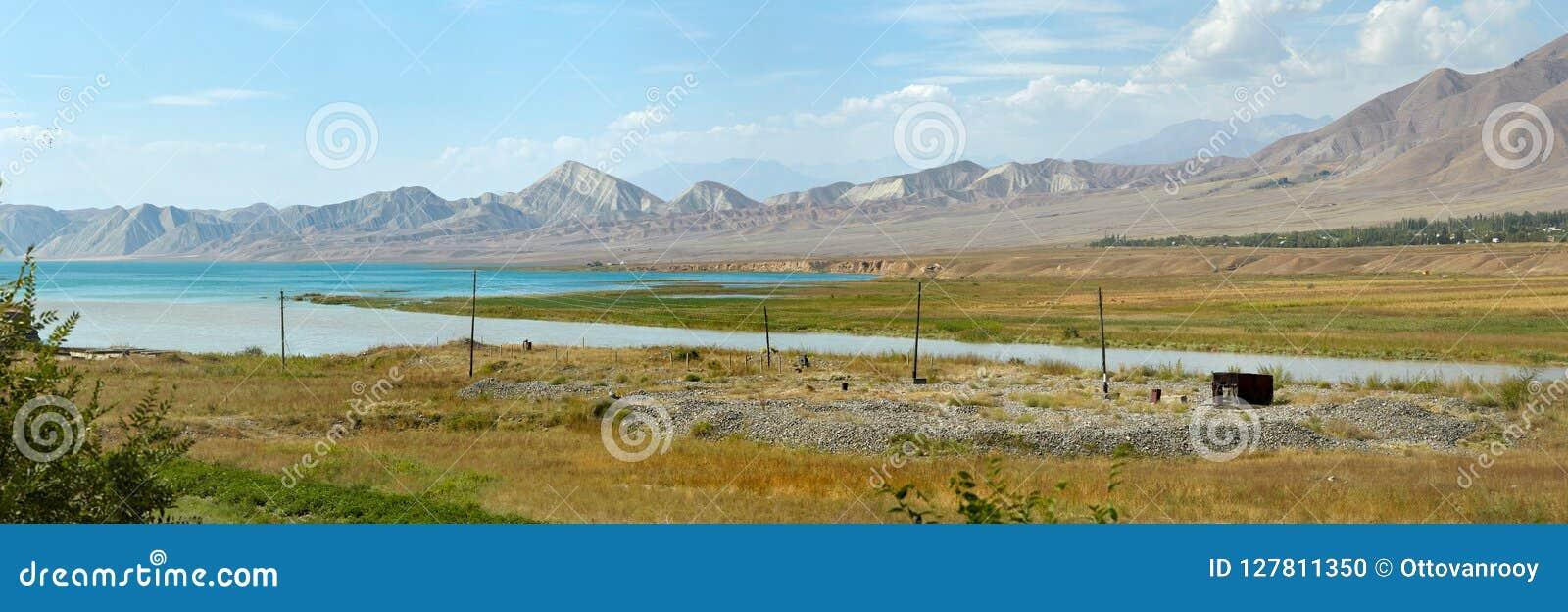 Лазурное голубое озеро в Джалалабаде, Кыргызстане