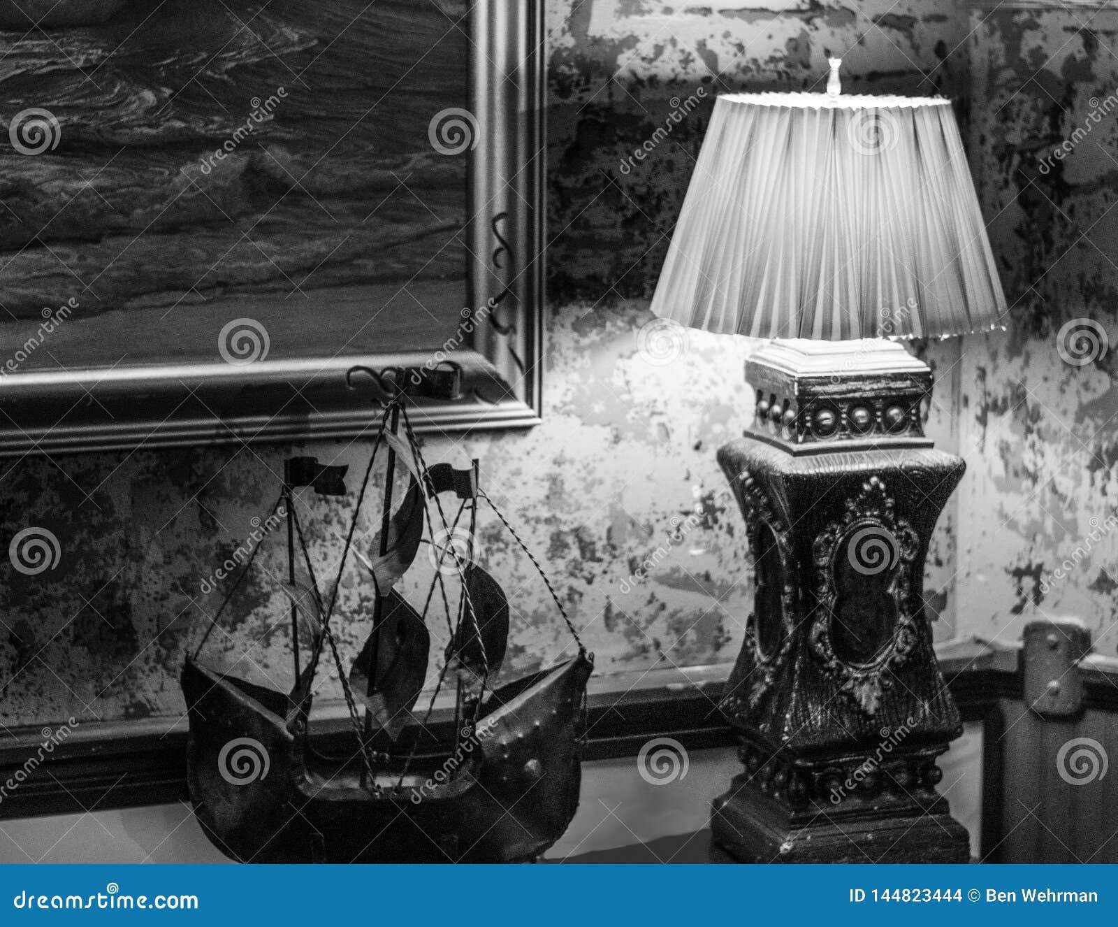 Лампа и модельная шлюпка