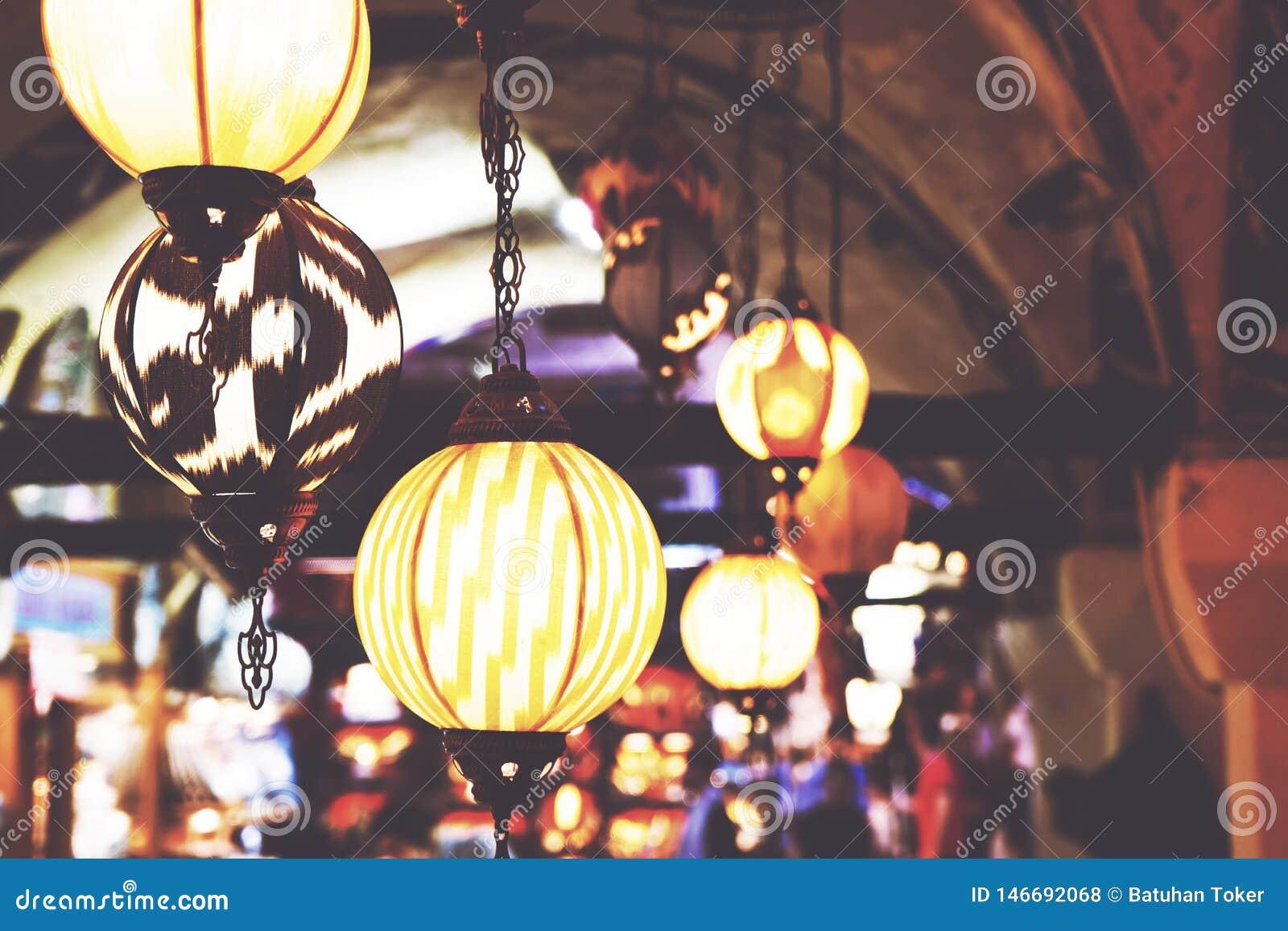 Лампы вися на гранд-базаре в Стамбуле