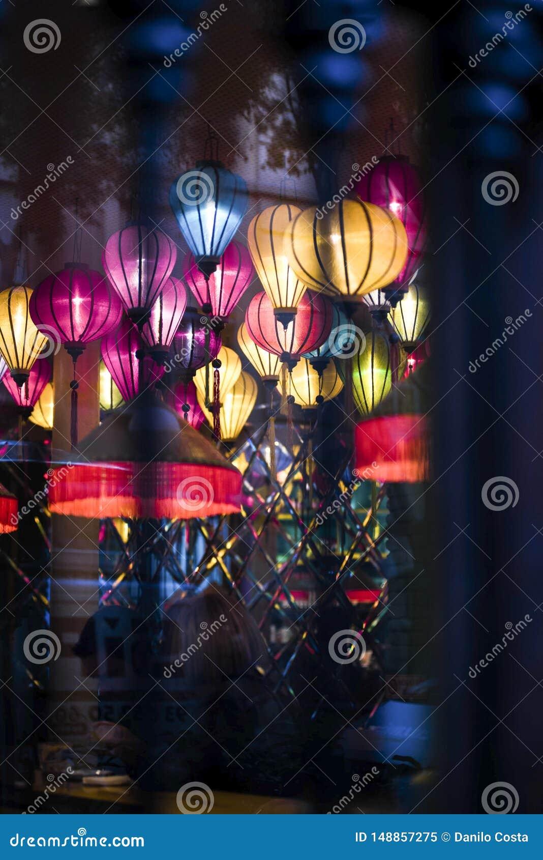 Лампы, покрашенные фонарики внутри паба