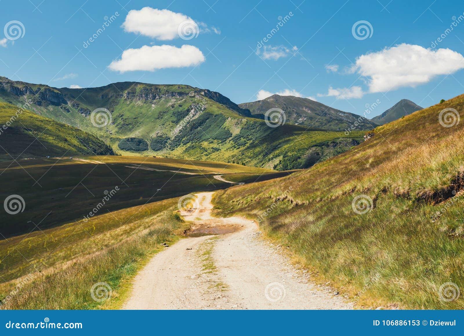 Ландшафты гор Rodna в восточных carpathians, Румынии