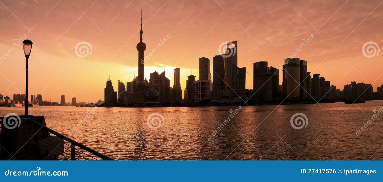 Ландшафт города горизонта Шанхай на зоре