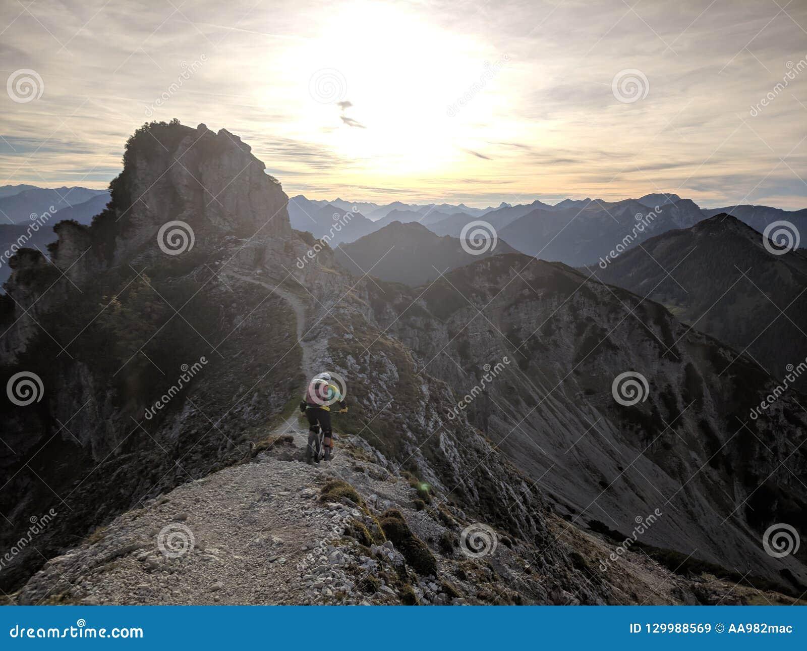 Ландшафт горы с путем